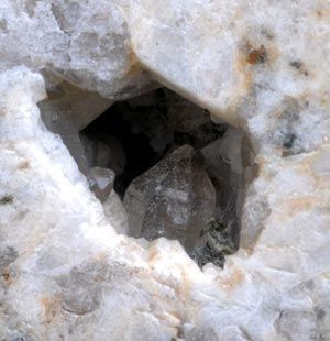 岩盤の中の水晶